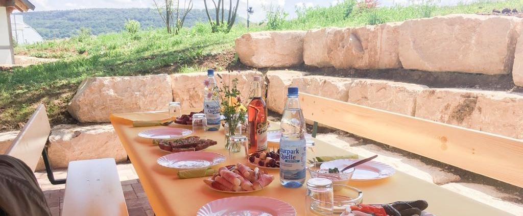Hofcafe gedeckter Tisch unten abgeschnitten